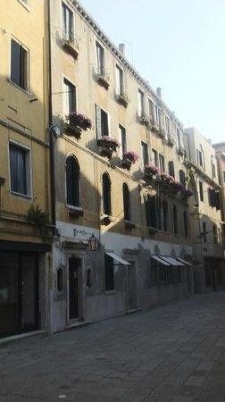 Hotel San Samuele : The hotel exterior