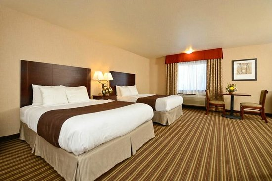 Yellowstone West Gate Hotel: Two queens and sofa room