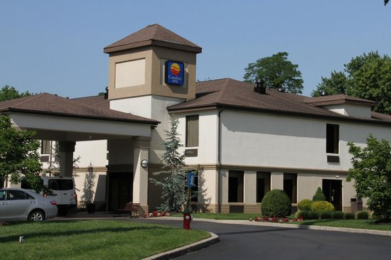 Quality Inn & Suites NJ State Capital Area: The Front of the Lobby from the parking lot