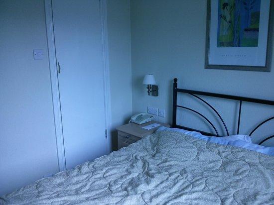 Fairway Hotel: Chambre double avec SdB (vue lit + porte SdB)