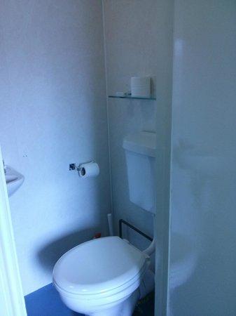 Fairway Hotel: WC et douche, exigu mais suffisant