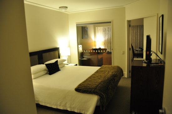 Bolton Hotel Wellington: Bedroom and living room