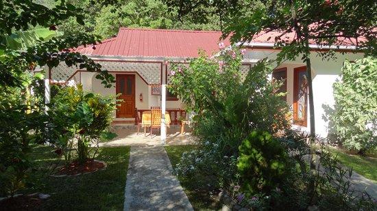 Buisson Guesthouse La Digue: Porch and garden
