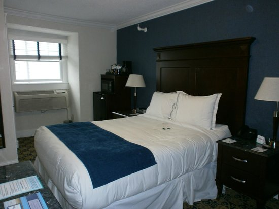 Newport Beach Hotel and Suites : bit cramped