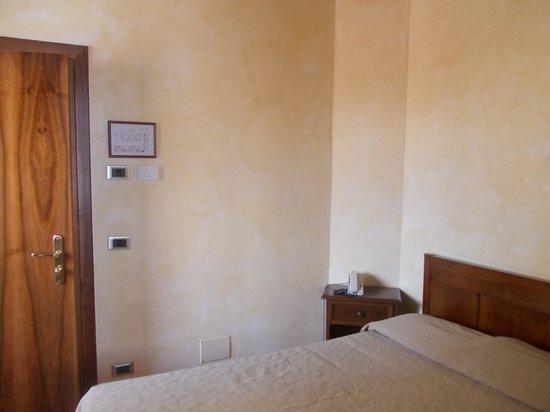 hotel italia - stanza nr 36 - letto e porta