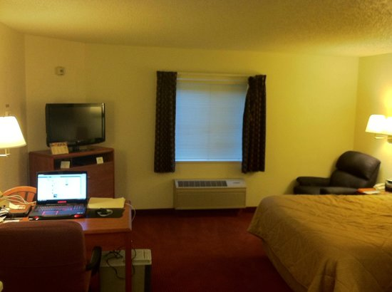 Days Inn & Suites Green Bay WI.: nice efficient & comfortable room