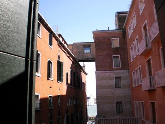Hotel Commercio & Pellegrino: Vista desde la habitación al Gran Canal