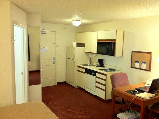 Days Inn & Suites Green Bay WI.: Nicely equipped kitchenette