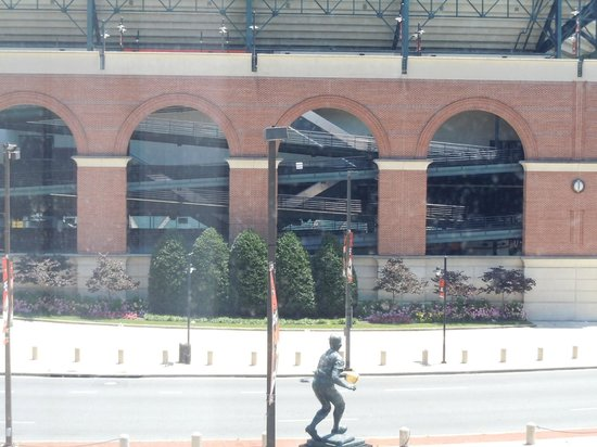 Hampton Inn Baltimore-Downtown-Convention Center: Camden Yard view from room.