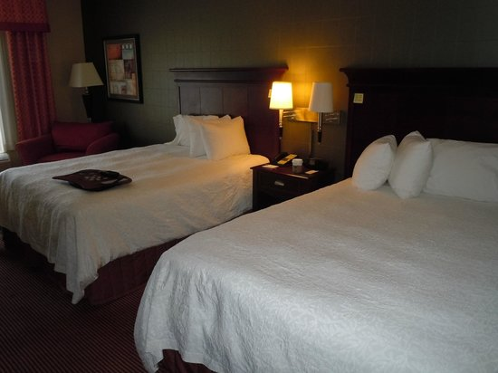 Hampton Inn Baltimore-Downtown-Convention Center: Two queen beds in large room with desk and comfy chair.