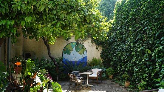 Nice Garden Hotel: Garden Area