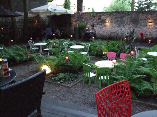 Dynia Resto Bar: Atmospheric garden