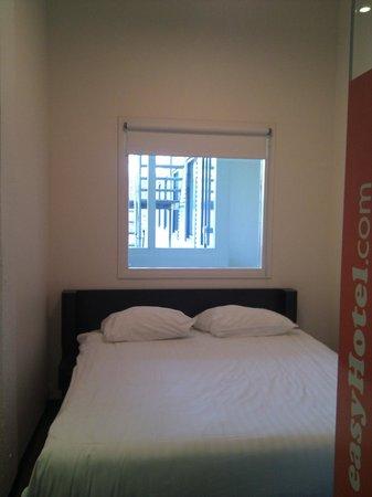 easyHotel Amsterdam : habitación con vistas a la salida de emergencia