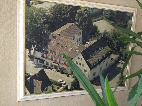 Hotel Lindenhof: Picture of the hotel (still looks that way)