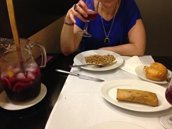 Restaurante Chino Hoy : Tallarines con pollo y verduras, pan chino y rollito. y sangria!!
