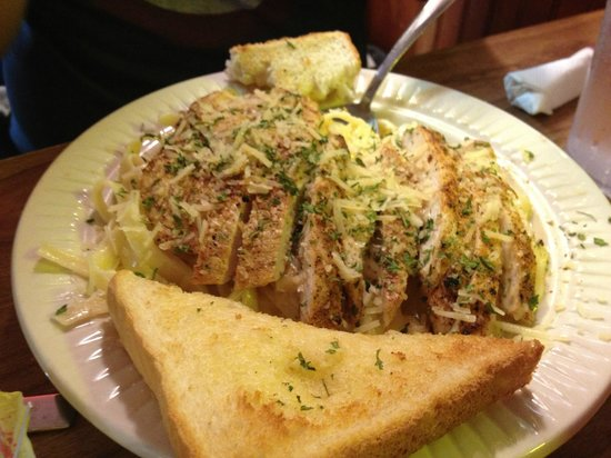 King Neptune's Seafood Restaurant: Chicken alfredo with Texas toast