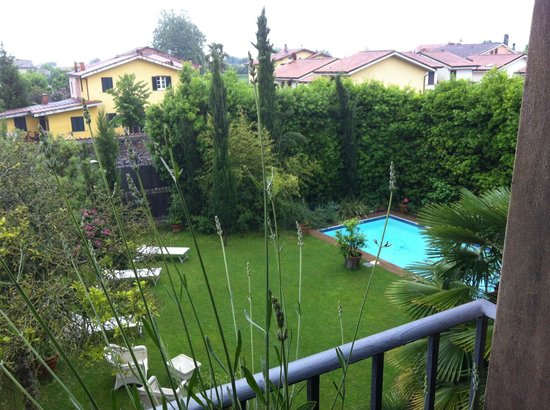 Casa Biancalana : View to the pool on one of the wet days