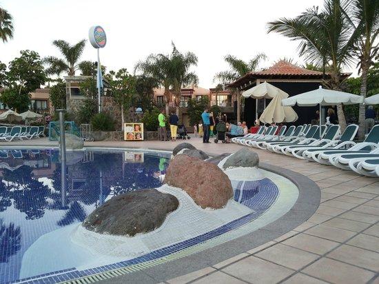 Hotel Dunas Suites and Villas Resort: Pool mit der Bühne im hintergrund