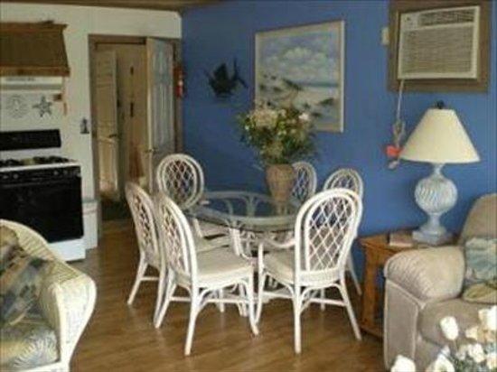 Rodney Dunes Pier 12 Beach Apartments : Apartment C Dining