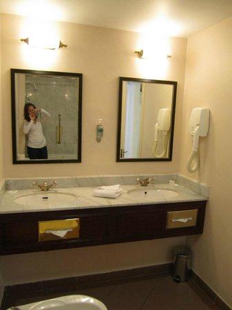 Grafton Capital Hotel: Double Sinks Are Nice