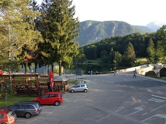 Jezero Hotel: Blick aus dem Hotel auf den See (Morgenansicht)
