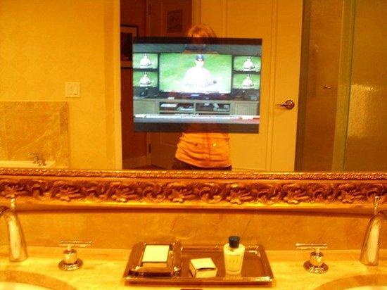 Trump International Hotel Las Vegas: Viendo la tele mientras te aseas.