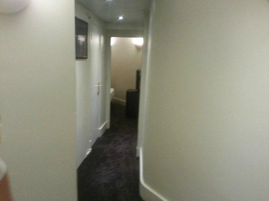 โรงแรมรอยัล ปารีส ชองส์เอลิเซ๋: Il corridoio d'ingresso