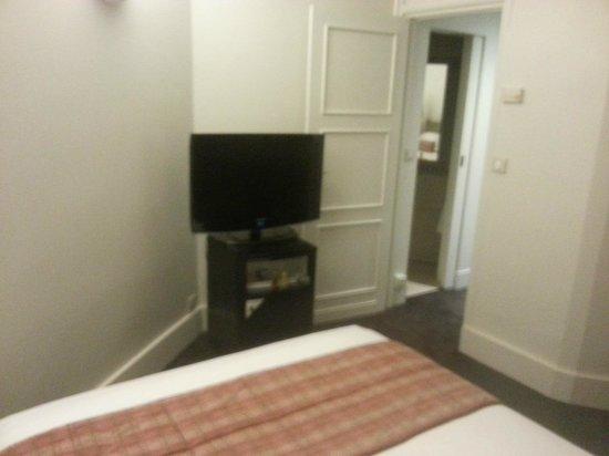 Royal Hotel Paris Champs Elysees: l'ingresso della camera da letto e la TV