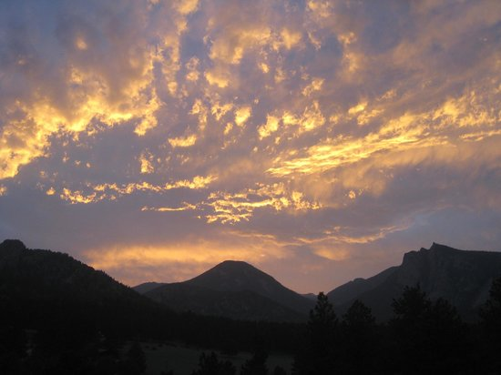Black Canyon Inn: One of the beautiful sunsets from our covered patio.