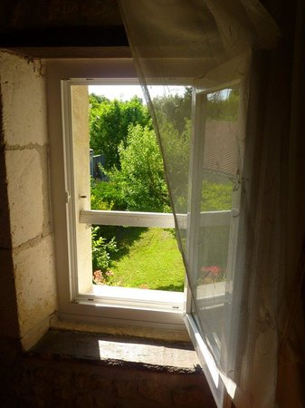 Le Clos des Hirondelles: Vue sur le jardin