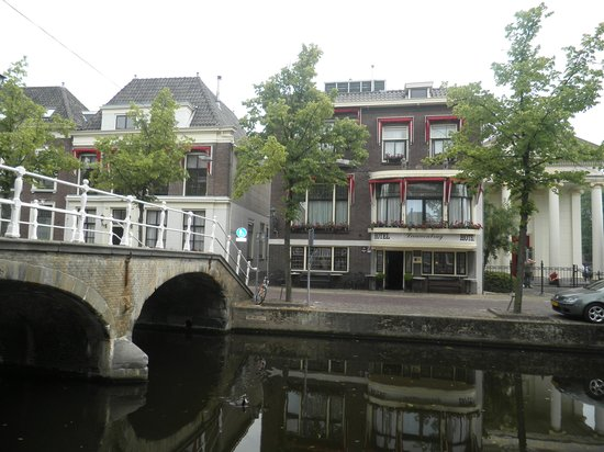 Hotel Leeuwenbrug: Overlooking the canal