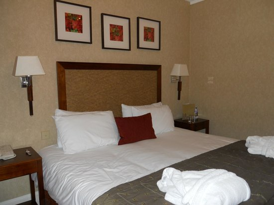 The Marine Hotel: Very comfortable bedroom - well presented