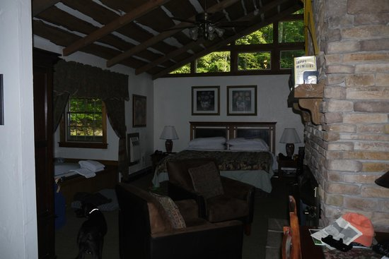 Inn at Lake Joseph: Hemlock Room, (natural light)