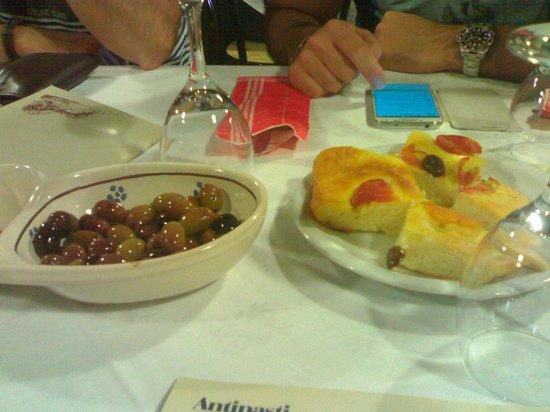 Il Paesano: coperto: olive e focaccia
