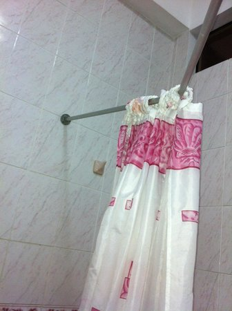 Hotel Maranon: Cortina colgada en palo roto