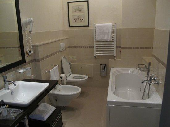 Domus Mariae : Large bathroom and tub