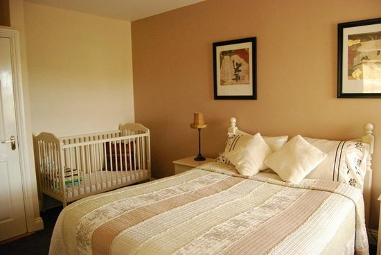 Dunroman House: bedroom with cot for baby