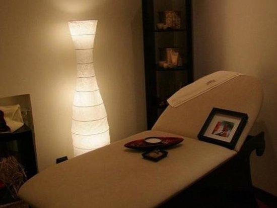 Nouvelle beaute: il letto di massaggio, l'unico mobile della stanza!