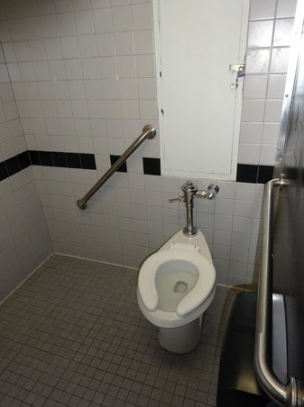 The Vanderbilt YMCA: Baño