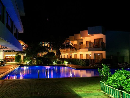 Beachcomber Hotel and Resort: Pool at Night