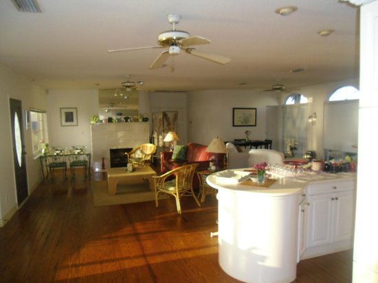 The White Orchid Inn and Spa: Dining area - view of the beach and made to order/fresh breakfast.