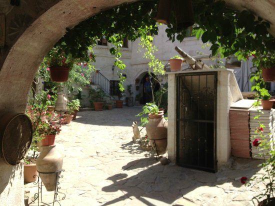 Caravanserai Cave Hotel: Entrance