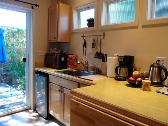 Everett Street Guesthouse : A very attractive and functional kitchen