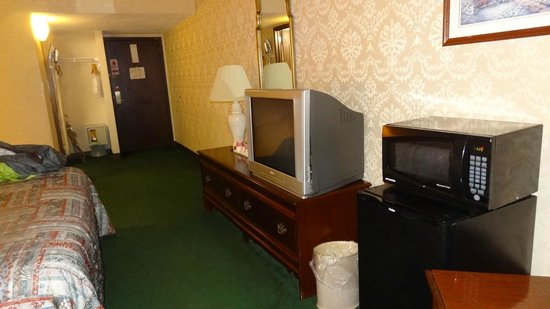 Ramada Morgantown Hotel & Conference Center: Microwave and Fridge