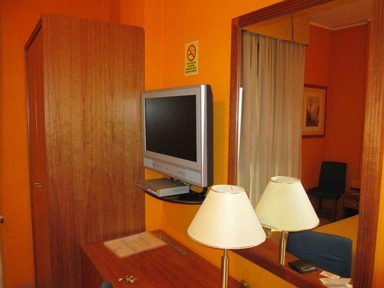 Hotel Berlino: Zona scrivania/tv