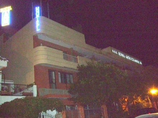 AACR Monteolivos: Vista nocturna del exterior