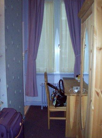 Hotel du Moulin d'Or : La chambre: petite fenêtre sur la cour.