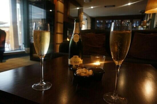 Hotel du Vin & Bistro: Champers in the snug