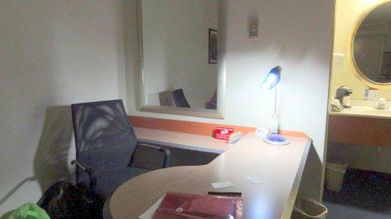 Red Roof PLUS+ Columbus-The Ohio State University: Large Desk