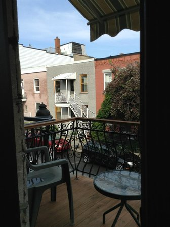 Plateau Suites Montreal: Out on the balcony
